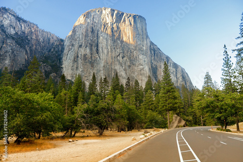 Fotobehang Natuur Park El Capitan road through Yosemite National Park USA