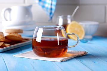tè al miele e limone nella tazza di vetro