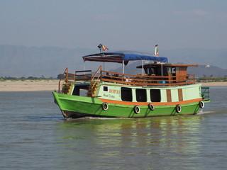 Barcos en el río Ayeyawady camino de Mingun (Myanmar)