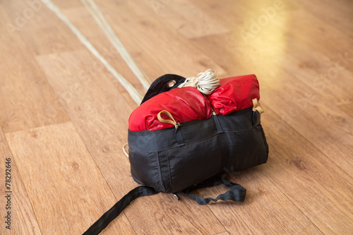 parachute in the bag with the straps on the floor - 78292646