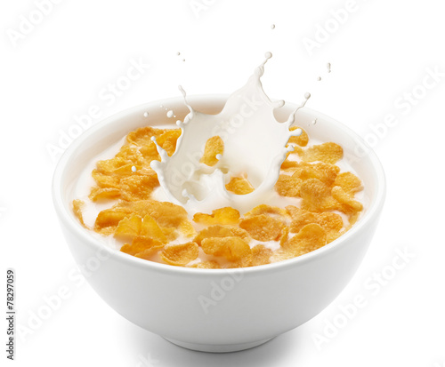 Fotobehang Aromatische corn flakes with milk splash