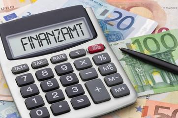 Taschenrechner mit Geldscheinen - Finanzamt