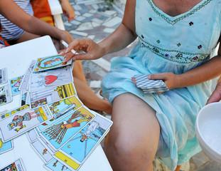 Mujer leyendo el futuro en las cartas del tarot
