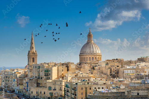 Leinwanddruck Bild Valetta city buildings with birds flying