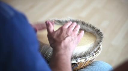 Trommler mit einer Naturfelltrommel