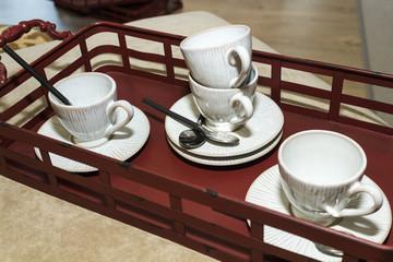 Juego de tazas de café en bandeja roja