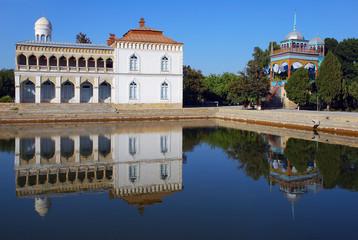 Белый дворец Ситораи Мохи-Хоса на берегу