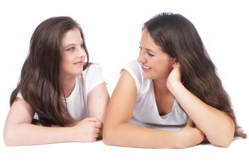 Zwei Freundinnen auf weiß