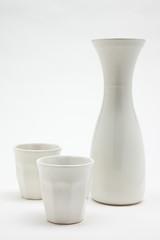 caraffa e bicchieri bianchi
