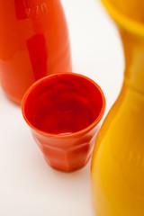 bicchiere e caraffa di porcellana