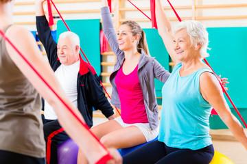 Senioren beim Fitness Kurs im Studio