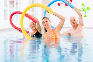 Leute bei Aquarobic Fitness im Wasser