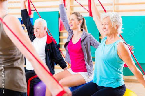 Leinwanddruck Bild Senioren beim Fitness Kurs im Studio