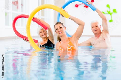 Leinwanddruck Bild Leute bei Aquarobic Fitness im Wasser