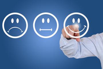 Businessman beim Abgeben einer Bewertung mit lachendem Smiley