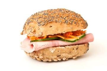 sandwich jambon cruditées sur fond blanc