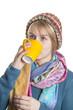 Mädchen in Winteroutfit trinkt ein Heißgetränk