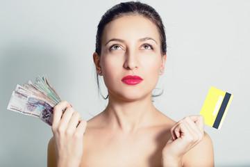 Портрет женщины с кредитной картой и наличными деньгами.