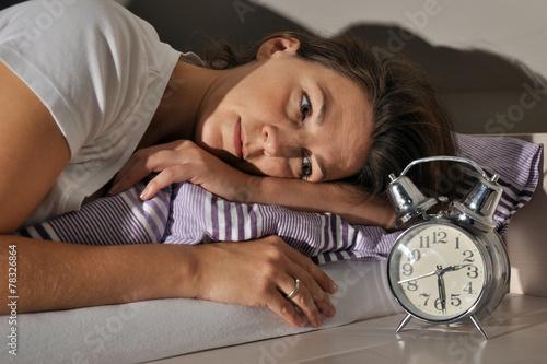 Leinwanddruck Bild Frau kann nicht Einschlafen