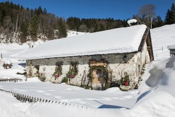 Alphütte im Winter ob Engelberg, Schweiz