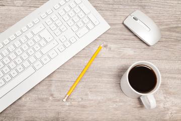 schreibtisch mit tastatur, kaffee, maus, bleistift