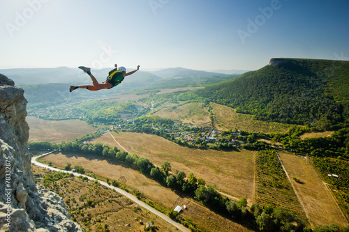 Canvas Luchtsport base-jumper jumps from the cliff