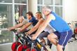 Spinning Kurs mit Senioren im Fitnesscenter