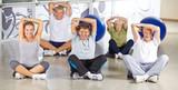 Fototapeta Gruppe Senioren beim Dehnen im Fitnesscenter