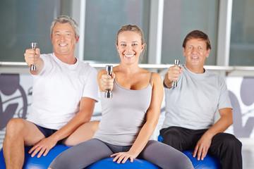 Senioren mit Hanteln im Fitnesscenter
