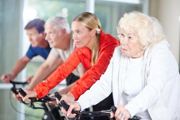 Gruppe Senioren beim Spinning im Rehazentrum