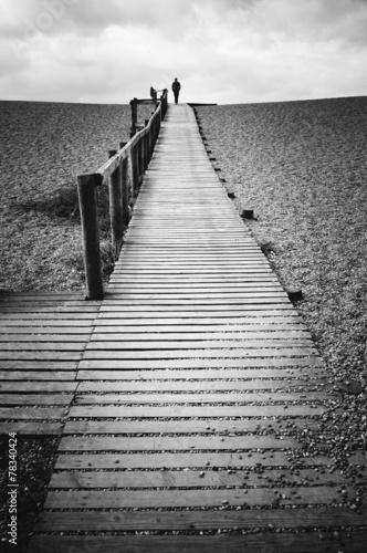mezczyzna-chodzi-samotnie-na-jetty