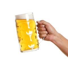 Hand hält Glas mit Bier