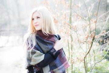 Modebewusste junge Frau