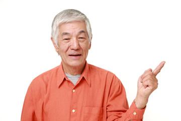 説明する高齢者