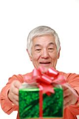 ギフトを贈る高齢者