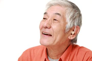 補聴器をつけた高齢者