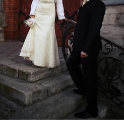 Жених и невеста стоят около дворца