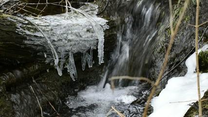 kleiner Bach im Winter mit Eis und Schnee