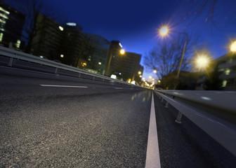 Nächtliche Straße in Frankfurt