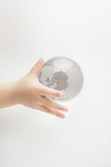 ガラスの地球と子供の手