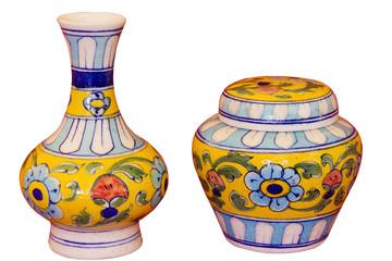 Coppia di vasi indiani fabbricati e dipinti a mano.