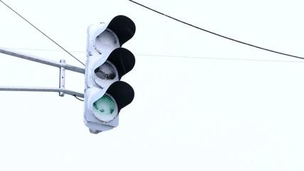 雪が積もったLED信号