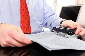 Mann bei Schreibtischarbeit
