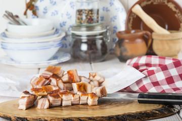 Panceta bacon o tocino cortado en la mesa de la cocina