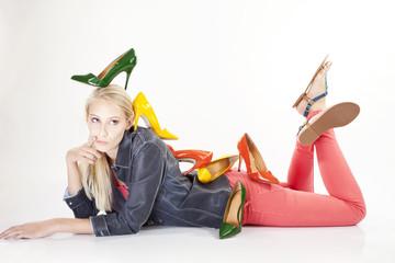 Junge Frau mit vielen bunten Schuhen