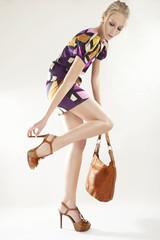 Junge Frau in gemustertem Minikleid