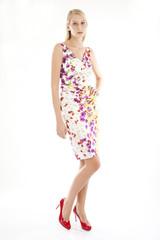 Junge Frau in geblümtem Sommerkleid