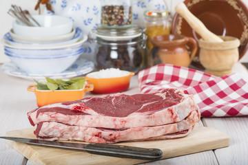 Chuletón de ternera de Avila carne roja fresca en la cocina