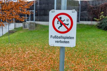 Schild Fußballspielen verboten,