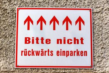 Schild mit Richtungspfeilen